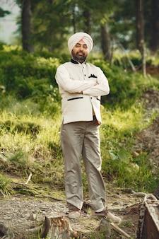 Homem indiano nas montanhas. macho em um turbante tradicional. hinduísta.