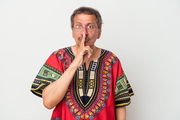Homem indiano sênior vestindo um traje indiano, isolado no fundo branco, mantendo um segredo ou pedindo silêncio.