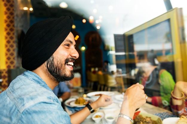 Homem indiano, sorrindo conceito de restaurante