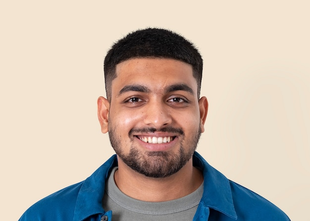 Homem indiano sorrindo maquete psd expressão alegre closeup retrato