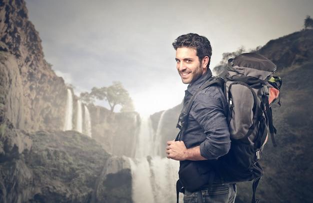 Homem indo em uma aventura