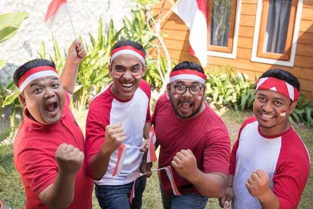 Homem indonésio comemorando o dia da independência