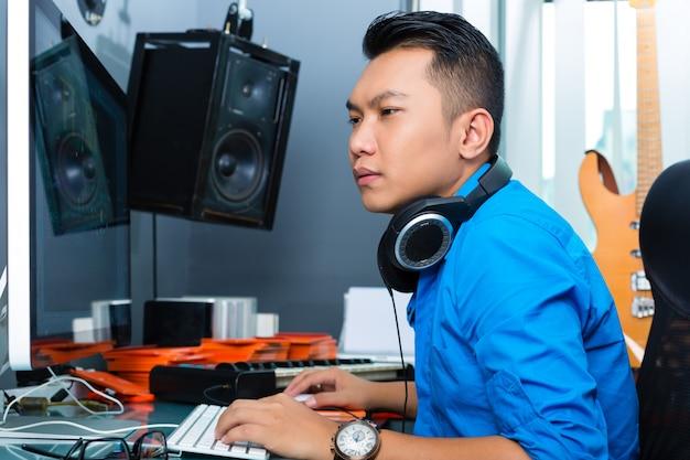Homem indonésio no estúdio de gravação