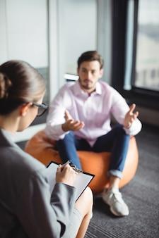 Homem infeliz consultando conselheiro