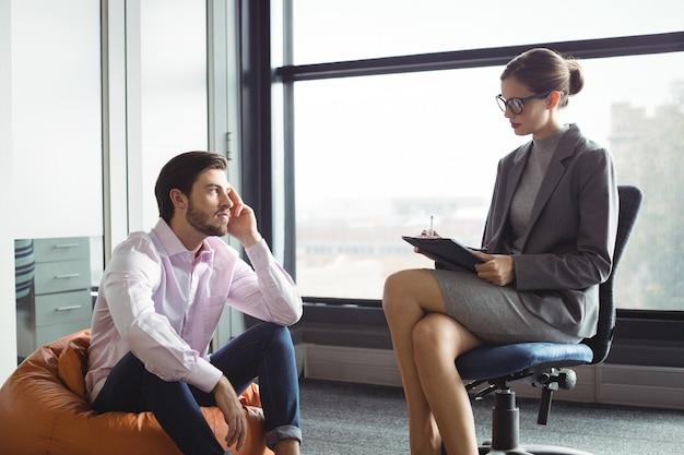 Homem infeliz conversando com conselheiro