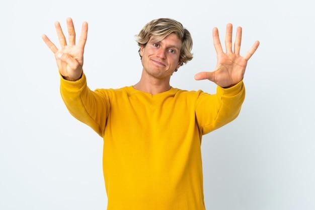 Homem inglês isolado fundo branco contando nove com os dedos