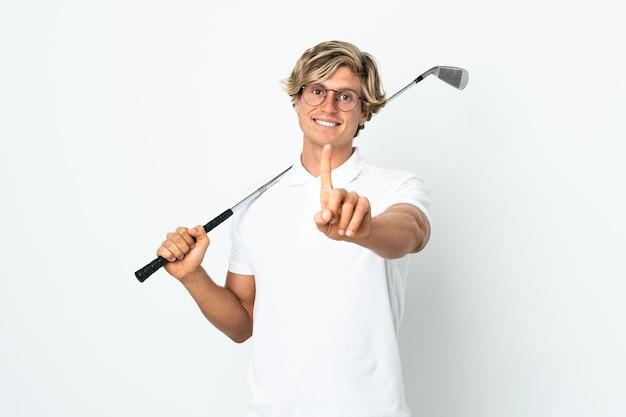 Homem inglês jogando golfe mostrando e levantando um dedo