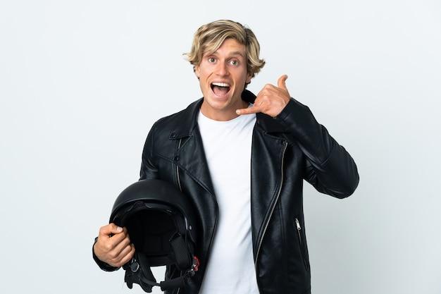 Homem inglês segurando um capacete de motocicleta, fazendo gesto de telefone. ligue-me de volta sinal