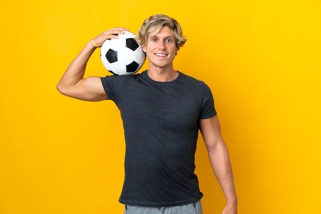 Homem inglês sobre amarelo com bola de futebol