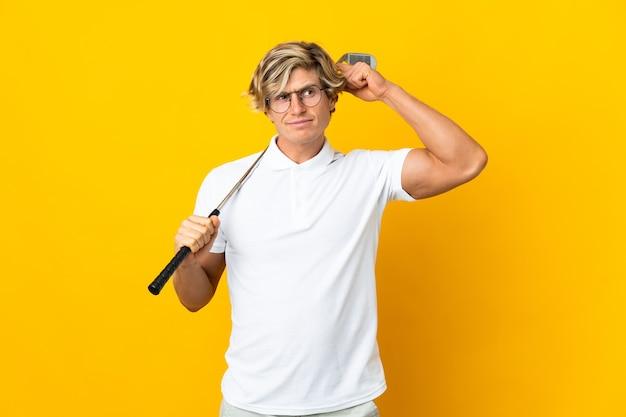 Homem inglês sobre branco jogando golfe e tendo dúvidas confundem expressão facial