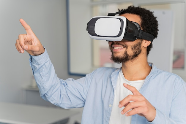 Homem inovando a energia eólica no mundo da realidade virtual