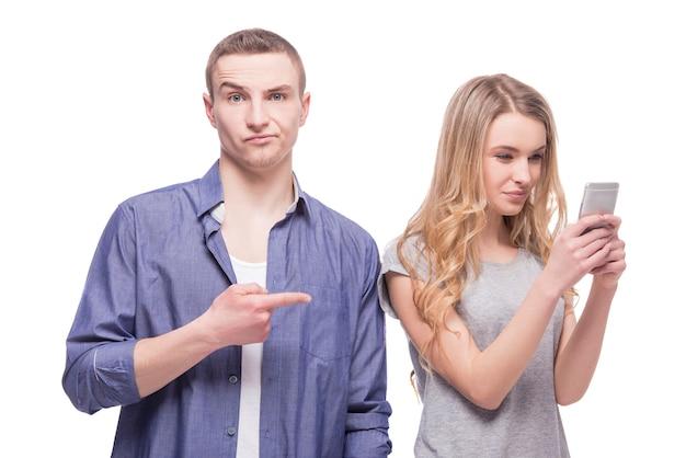 Homem insatisfeito, apontando o dedo para uma mulher.