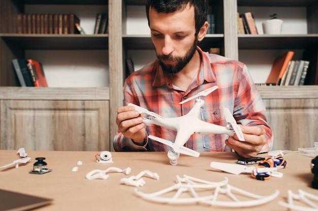 Homem instalando hélices de drones.