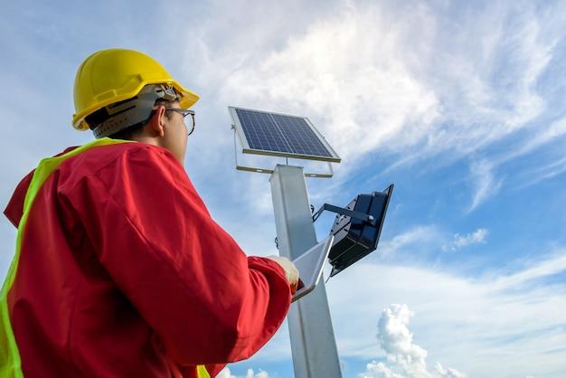 Homem instalando postes elétricos
