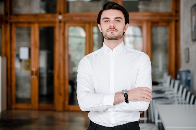 Homem inteligente na camisa branca no escritório