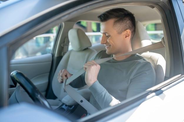 Homem interessado no banco do motorista no carro