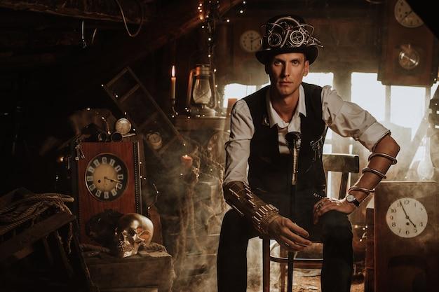 Homem inventor de terno steampunk, cartola e óculos com bengala