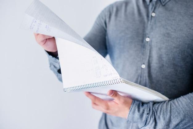 Homem, inverter, páginas, em, caderno
