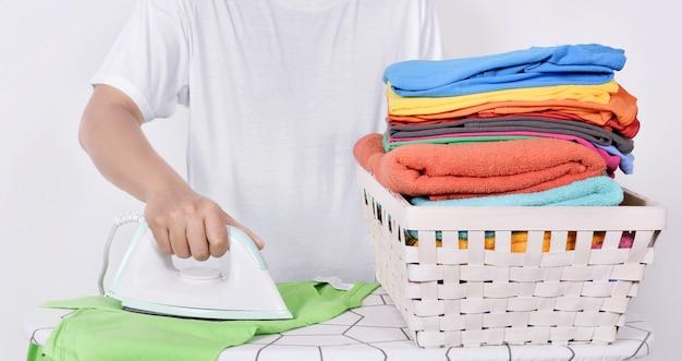 Homem, ironing roupas, ligado, tábua ironing