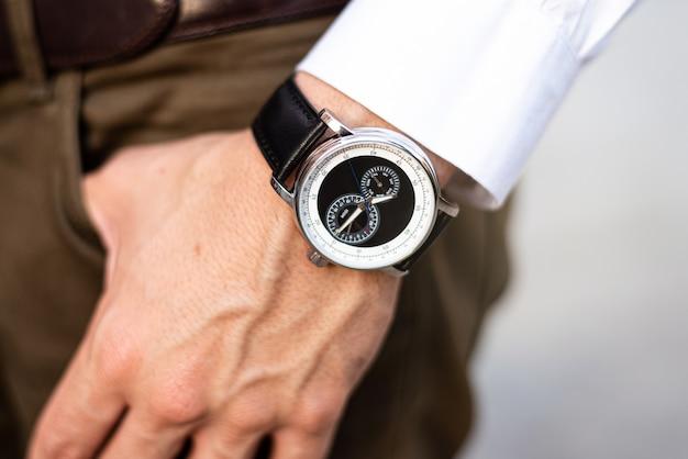 Homem irreconhecível com relógio no pulso