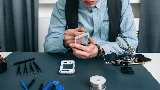 Homem irreconhecível desmontando o espaço livre do smartphone.
