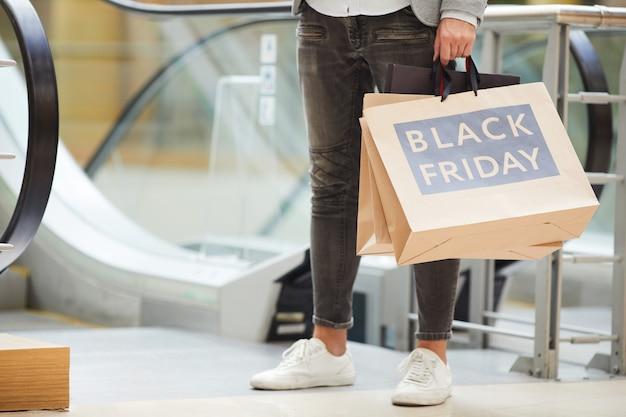 Homem irreconhecível, fazer compras no shopping