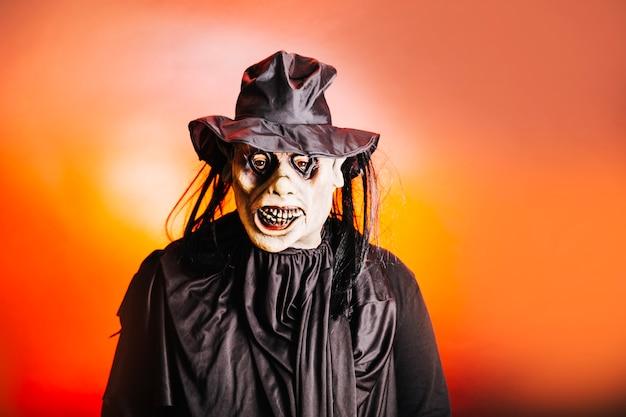 Homem irreconhecível na fantasia criativa de halloween