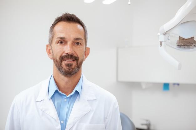 Homem irreconhecível, recebendo depilação a laser na região lombar, cópia espaço