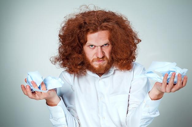 Homem irritado arrancar papel