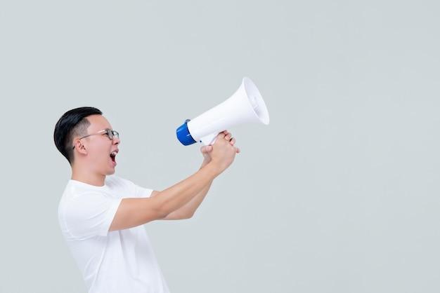 Homem irritado, gritando no megafone