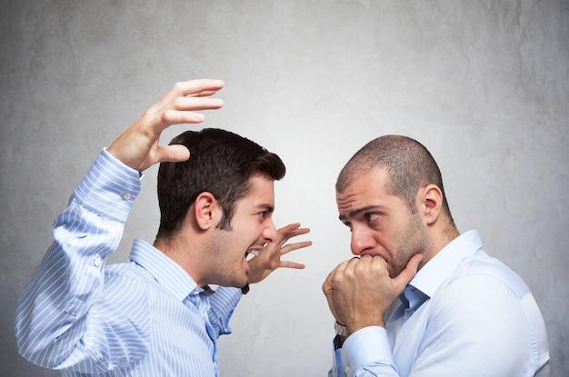 Homem irritado, gritando para outro homem