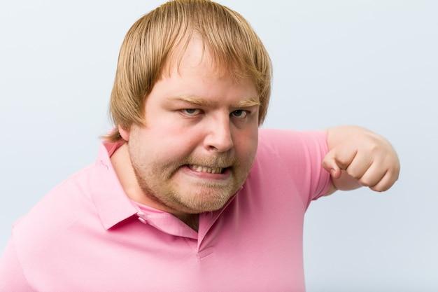 Homem irritado pronto para dar um soco