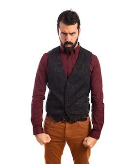Homem irritado vestindo colete