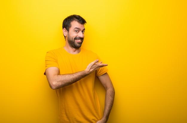 Homem, isolado, vibrante, amarela, cor, apontar, costas, apresentando