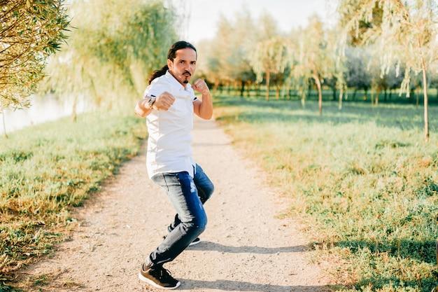 Homem italiano engraçado posando na natureza.