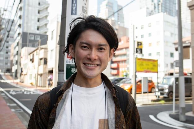 Homem japonês caminhando ao ar livre