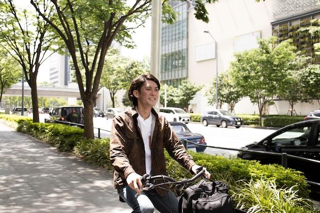Homem japonês passando um tempo ao ar livre sozinho