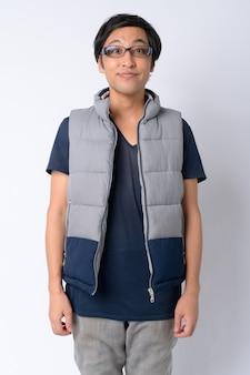 Homem japonês pronto para caminhar em branco