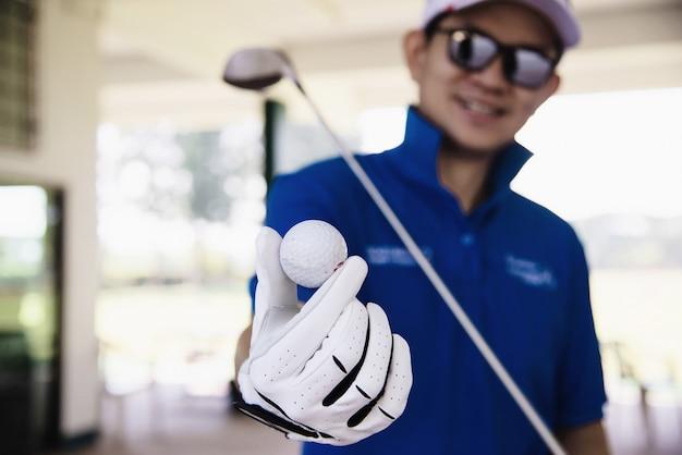 Homem joga a atividade de esporte de golfe ao ar livre - as pessoas no conceito de esporte de golfe