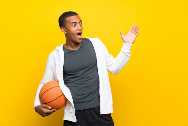 Homem jogador de basquete americano africano com expressão facial de surpresa
