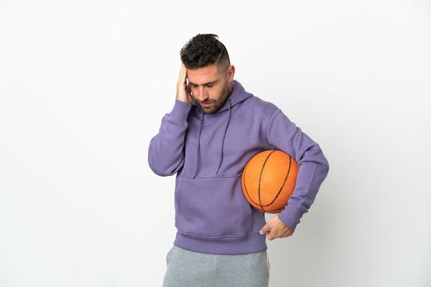 Homem jogador de basquete isolado no fundo branco com dor de cabeça