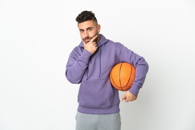 Homem jogador de basquete isolado no fundo branco pensando