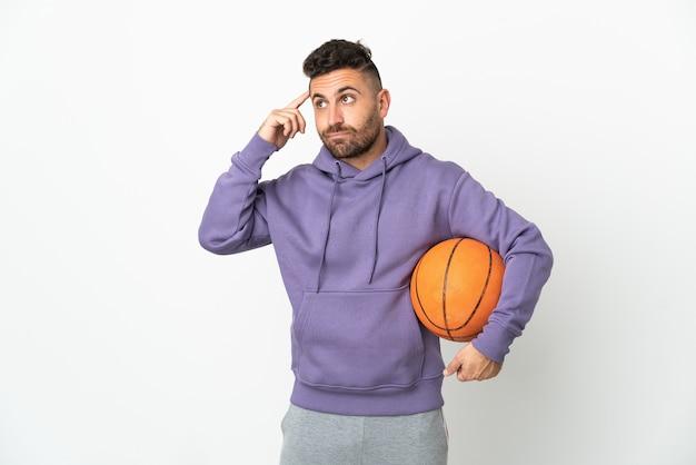 Homem jogador de basquete isolado no fundo branco, tendo dúvidas e pensando