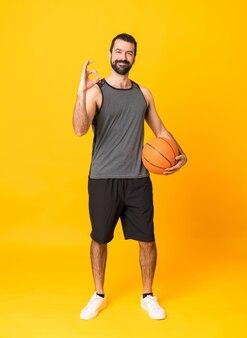 Homem jogando basquete e fazendo sinal de ok