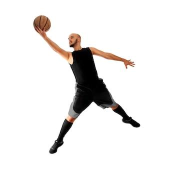 Homem jogando basquete em branco. o jogador de basquete dá uma enterrada forte.