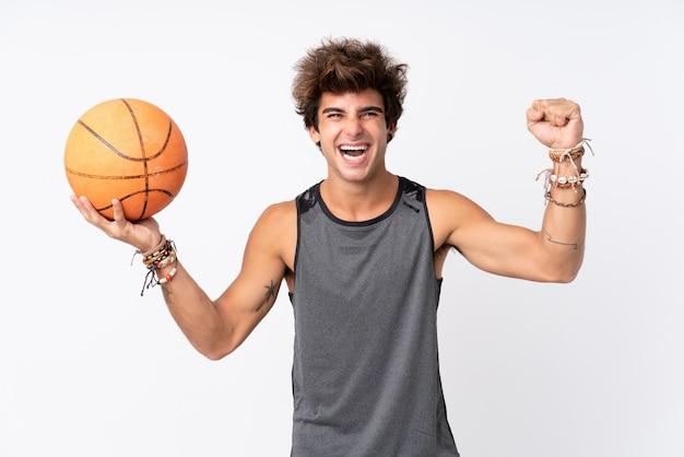 Homem jogando basquete na parede isolada