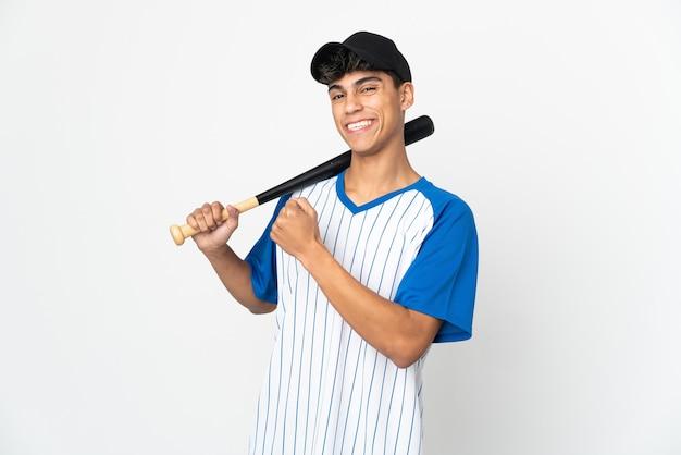 Homem jogando beisebol sobre um fundo branco isolado comemorando uma vitória