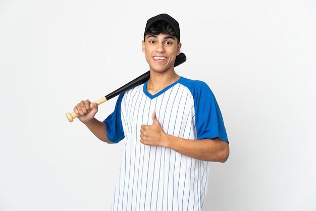 Homem jogando beisebol sobre um fundo branco isolado fazendo um gesto de polegar para cima