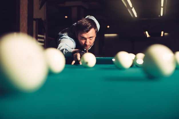 Homem jogando bilhar