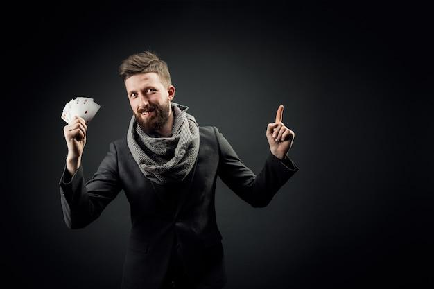 Homem jogando cartas